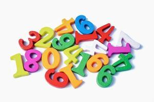Número de matemáticas colorido sobre fondo blanco, estudio de educación, aprendizaje de matemáticas, concepto de enseñanza. foto