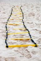 Escalera de ejercicio funcional en la arena de la playa de Río de Janeiro. foto