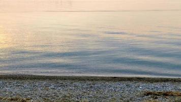 luzes da manhã do nascer do sol na praia video