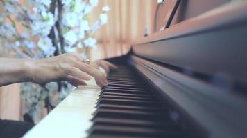 close-up van handen die digitale piano spelen. amateurpianist die piano oefent. muziekeducatie en uitvoeringsconcept. video