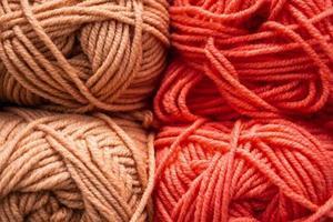 textura de hilos de lana mullidos rosados para tejer. foto
