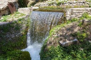 pequeño chorro de agua que forma una cascada foto