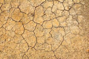 Fondo de suelo marrón seco agrietado, efecto de calentamiento global foto
