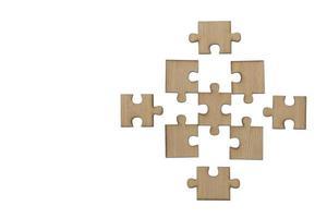 Rompecabezas de madera, piezas de un rompecabezas, último rompecabezas, aislado sobre fondo blanco. foto