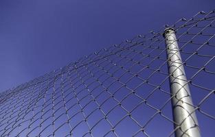 valla de metal con cielo azul foto