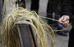 Artesano retorciendo la cuerda de esparto con las manos. foto