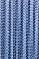 Cortina protectora de plástico azul en una puerta foto