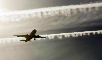 Vista de un avión comercial aterrizando en Madrid Barajas, España foto