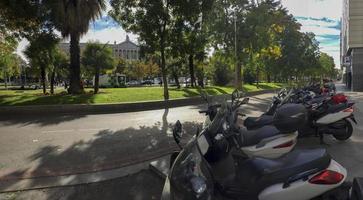 Muchas motocicletas estacionadas en la acera en Madrid, España foto