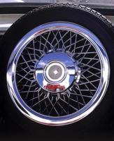 rueda de coche deportivo antiguo foto