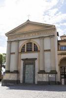 Iglesia en la plaza de la catedral de Orvieto, Italia, 2020 foto
