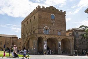 museo en la plaza de la catedral de orvieto, italia, 2020 foto