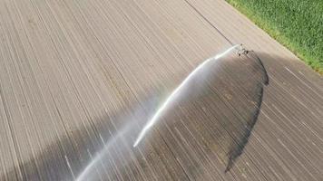 aspersor agrícola nas colinas do vale video