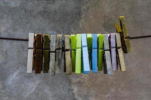 colorida fila de pinzas para la ropa foto