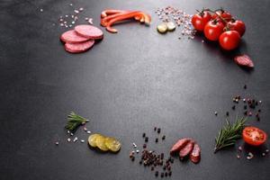 ingredientes para hacer pizza con salchicha de tomate y queso en un horno de solera foto