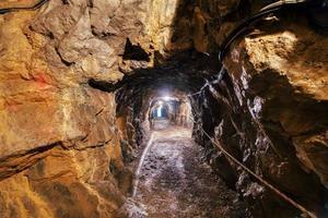 Iluminación en cuevas turísticas de piedra caliza en el valle de Brembana Bérgamo Italia foto