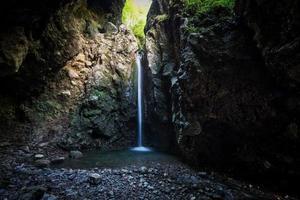 Cueva de los partisanos en el valle de Taleggio Brembana Bérgamo Italia foto