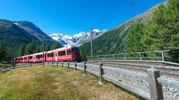 tren de montaña suizo bernina express cruzó los alpes foto