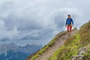 chica sendero de montaña camina sola foto