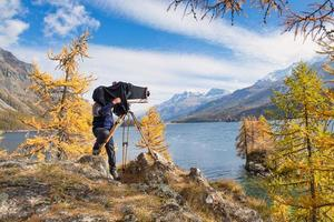 fotógrafo de paisajes bajo la cortina de la cámara de placa foto