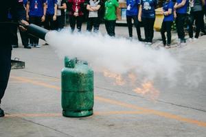 formación de los empleados en extinción de incendios, extinguir un incendio en la bombona de gas. foto