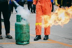 formación de empleados en extinción de incendios, extinción de incendios. foto