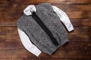 Sudor tejido de hilos de lana sobre un fondo oscuro foto