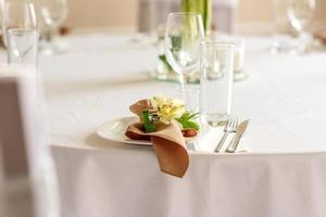 hermosa decoración de la fiesta de la boda con flores y vegetación con decoración de floristería foto