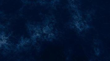 mare tempestoso di notte con pioggia e lampi di luce in mezzo all'oceano durante una forte tempesta video