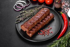 kebab fresco y sabroso a la parrilla con especias y hierbas foto