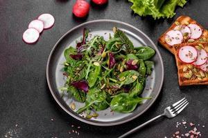 jugosa ensalada fresca con hojas de mangold, rúcula, espinacas y remolacha foto