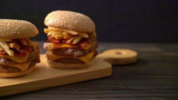 hamburgers de porc ou hamburgers de porc avec fromage, bacon et frites video