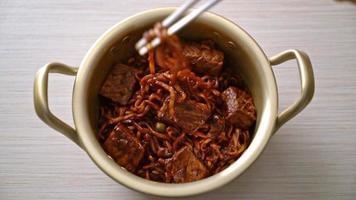 jjapaguri eller chapaguri, koreanska svarta bönor kryddiga nudlar med nötkött - koreansk matstil video