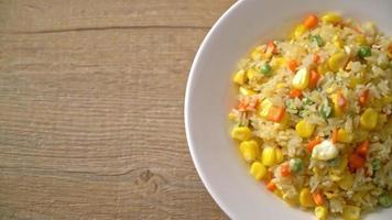 arroz frito casero con verduras mixtas y huevos video