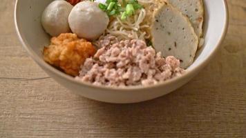 kryddiga äggnudlar med fiskbollar och räkbollar utan soppa - asiatisk matstil video