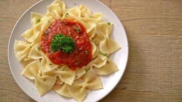 macarrão farfalle em molho de tomate com salsa - comida italiana video