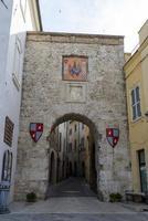 puerta en la plaza central de la ciudad de san gemini, italia, 2020 foto