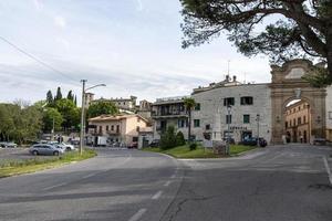 edificios de la ciudad de san gemini, italia, 2020 foto