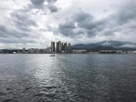 la hermosa vista a la ciudad de sokcho en corea del sur desde el mar japonés foto