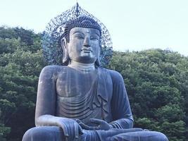 Gran estatua de Buda en el parque nacional de Seoraksan, Corea del Sur foto