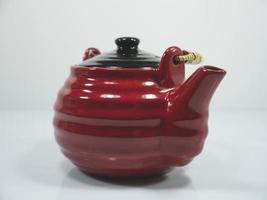 Tetera china roja sobre fondo blanco. foto
