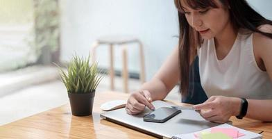 Mujer usa teléfono móvil para comprar en línea con tarjeta de crédito. foto