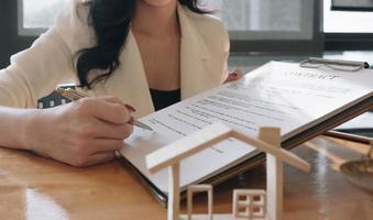 agente inmobiliario con contrato foto