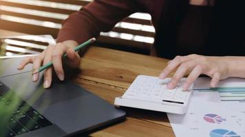 mujer, utilizar, calculadora, y, computador portatil foto
