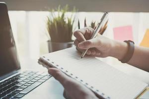 mujeres de negocios usando el bloc de notas foto