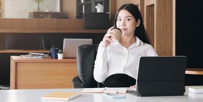retrato, de, joven, mujer de negocios, utilizar la computadora portátil foto