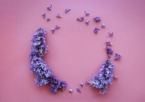 marco de ramas y flores de color lila en forma de ciclo foto