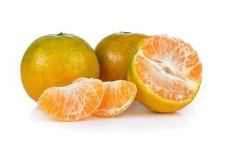 mandarina sobre fondo blanco foto
