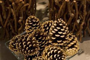 piñas en decoración de invierno en casa foto