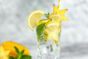 Cóctel de verano fresco con limones, menta y hielo, imagen de enfoque selectivo foto